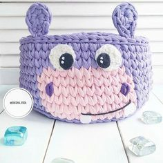 cesta de croche com fio de malha infantil - enxoval - DIY - artesanato - crochet basket for kids Crochet Bowl, Love Crochet, Crochet Yarn, Crochet Hooks, Crochet Motifs, Crochet Patterns, Yarn Projects, Crochet Projects, Kawaii Crochet