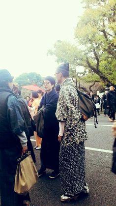 도쿄에서 유행중인 남자들 헤어스타일에다 베낭을 메고 전통옷을 입었어요.