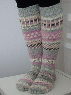 Pieniä hetkiä: Anelmaiset Knitted Slippers, Slipper Socks, Easy Handmade Gifts, Funky Earrings, Knit Or Crochet, Knitting Socks, Hobbies And Crafts, Mittens, Vintage Fashion