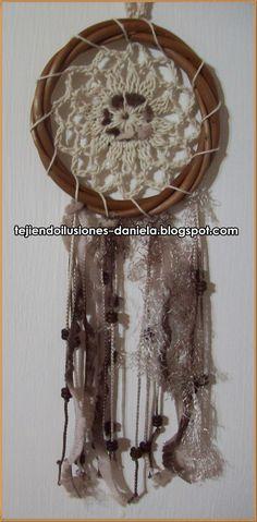Realizados con aros de mimbre o de alambre recubierto, decorados con cuentas plásticas o de madera, plumas y un mix de hilos...