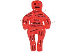 BAMBOLA VOODOO 40CM AMAMI. Maxi bambola voodoo in pezza color rosso,.in scatola cartonata con 12 spilloni- dedica