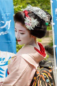 Oiran & Geisha | The maiko Katsuna with the Katsuyama hairstyle....