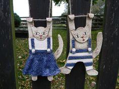Kočka a kocour na zavěšení Dog Crafts, Clay Crafts, Wind Charm, Pottery Animals, Polymer Clay Animals, Pottery Classes, Sculpture Clay, Clay Tutorials, Craft Patterns