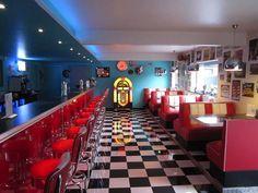 De fiftiesbar in 'American Diner'-stijl. Achteraan een echte Wurlitzer-jukebox.-Kristof Pieters