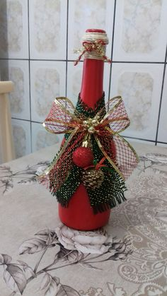 Glass Bottle Crafts, Wine Bottle Art, Painted Wine Bottles, Christmas Art, Christmas Projects, Holiday Crafts, Christmas Wine Bottles, Mason Jar Crafts, Xmas Decorations