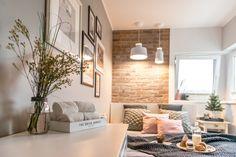 Sypialnia wygląda lekko i przytulnie, a przy tym idealnie wykorzystany jest każdy centymetr.Za jej kameralny klimat odpowiadają także dobrane dekoracje, np. wdzięczna galeria ścienna nad łóżkiem.