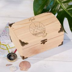 Tinker money gift for travel and vacation on Gifts.de - Customizable treasure chest with compass motif - Travel Fund, Travel Packing, Sweet Trees, Wanderlust, Gifts For Teens, Treasure Chest, Online Gifts, Pin Collection, Compass