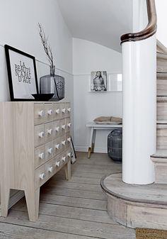 Komódka z szufladami Bloomingville w sklepie skandynawskim Small Space Living, Living Area, Small Spaces, Yard Sale Finds, Funky Home Decor, Ideas Geniales, White Oak, Stairways, Scandinavian Design