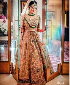 Designer bridal lehenga with statement jewelry - Tenues de Mariée Indian Bridal Photos, Indian Bridal Outfits, Indian Bridal Lehenga, Indian Bridal Fashion, Indian Bridal Wear, Indian Bridal Makeup, Indian Wear, Wedding Dresses For Girls, Bridal Dresses