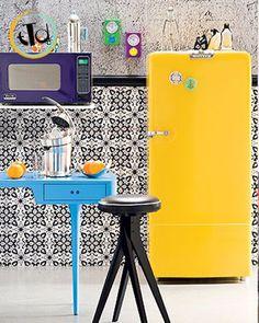 Non fatevi intimorire da questo colore così carico e acceso, perchè questo modello della #smeg, bombato e studiato in ogni dettaglio, si abbinerà perfettamente con la vostra cucina.. pensate a questa soluzione, con carta da parati con forme geometriche bianche e nere, tavolino azzurro e.. il giallo zafferano. Giocate sui contrasti, sui colori accessi.