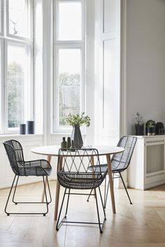 Round dining table by HÜBSCH Interior- Esstisch rund von HÜBSCH Interior Danish design: dining table by HÜBSCH Interior. The round table is made of oak and is ideal for the kitchen. Order now ✓ Online shop ✓ - Black Dining Chairs, Dining Room Chairs, Black Rattan Chair, Outdoor Dining Chairs, Small Dining, Round Dining Table, Upholstered Swivel Chairs, Chair Cushions, Rattan Furniture