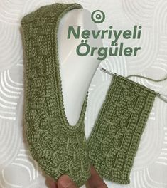 Baby Knitting Patterns, Crochet Patterns, Knit Slippers Free Pattern, Knitted Slippers, Tunisian Crochet, Diy Crochet, Afghan Stitch, Booties Crochet, Knitting Socks