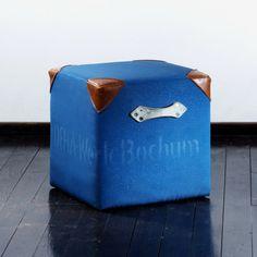 cube made out of old gym mats / Alte Turnmatte, neu geformt zu einem massiven und bequemen Sitzwürfel