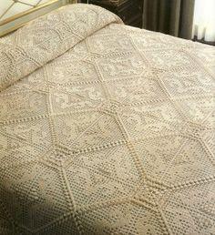 Un dessus de lit écru au charme d'antan. Travail de longue haleine, de…