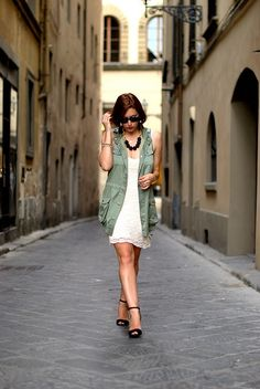 My Style Pill: This is so perfect for her visit to Florence. I like how she roughed it up but kept it classy with the elongated army vest. Super flattering for anyone..