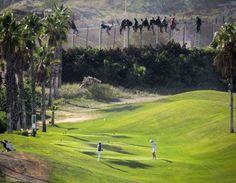 """tomó esta fotografía de un golfista en mitad de un swing, mientras otro observa a un grupo de hombres (y a un policía) colgados de la cerca. """"Parecía como un buen momento para tomar una foto que era un poco simbólica"""", le dijo al diario El País."""
