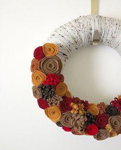 Yarn and felt wreath for fall Felt Wreath, Wreath Crafts, Diy Wreath, Felt Crafts, Autumn Wreaths, Christmas Wreaths, Xmas, Ideias Diy, Fall Flowers