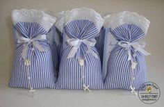 Sachê perfumado feito em tecido 100% algodão para  lembrancinha de batizado. Acompanha mini terço e tag personalizada. Podem ser feitos em diferentes cores e estampas. Pedido minimo 10 unidades.  VALOR REFERENTE A VENDA POR DEPOSITO EM CONTA! R$ 5,60 Lavender Crafts, Lavender Bags, Lavender Sachets, Sewing Crafts, Sewing Projects, Première Communion, Creative Box, Baptism Favors, Deco Table