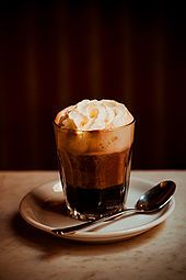 Einspänner, Seinen Namen hat das Getränk von den einspännigen Pferdefuhrwerken. In einem Glas mit oder ohne Henkel wird ein kleiner Mokka (Schwarzer, Espresso) mit einer üppigen Schlagobershaube bekrönt. Dazu wird Staubzucker serviert.