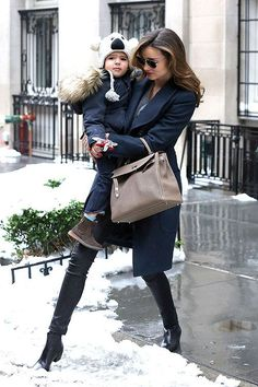 Miranda Kerr street style (and her son Flynn) Miranda Kerr Street Style, Street Style Blog, Celebrity Moms, Celebrity Style, Miranda Kerr Orlando Bloom, Australian Models, Victoria Secret Angels, High End Fashion, Most Beautiful Women