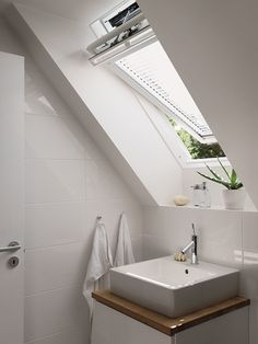 https://i.pinimg.com/236x/89/9e/0c/899e0c90900a2e381bfd3254e0d4719c--attic-bathroom-bathrooms.jpg