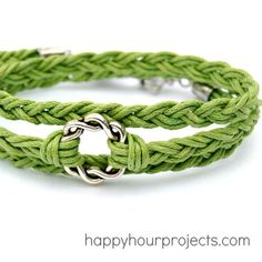 Easy Woven Wrap Bracelet DIY from Happy Hour Projects, featured - with tutorials for 50 simple bracelets! Hemp Bracelet Patterns, Hemp Bracelets, Simple Bracelets, Bracelet Designs, Survival Bracelets, Braclets Diy, Anklet Designs, Stackable Bracelets, Pandora Bracelets