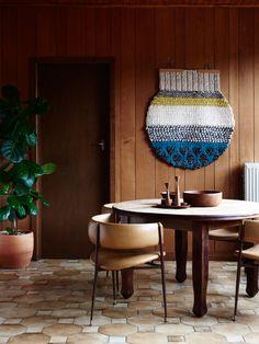 明るい茶系のレトロモダンで日本家屋に合いそう。民芸っぽい。
