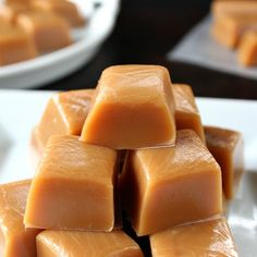 Homemade Caramel - So soft, creamy and delicious is how I would describe this tasty treat! This homemade caramel recipe is the best homemade… Homemade Caramel Recipes, Homemade Candies, Fudge Recipes, Candy Recipes, Sweet Recipes, Holiday Recipes, Dessert Recipes, Homemade Caramels, Salted Caramels