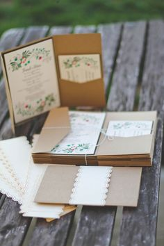 Os 10 convites de casamento mais pinados na Itália | Revista iCasei  Com envelope sanfona, bolsos e ilustração de inspiração botânica