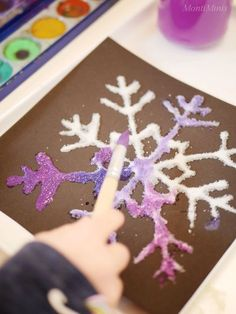 wählen, da die Farben der Eiskristalle hier durch den Kontrast sehr deutlich he… choose, because the colors of the ice crystals come out very clearly due to the contrast. With simple craft glue I then have Winter Crafts For Kids, Winter Kids, Winter Art, Diy For Kids, Advent For Kids, Glue Crafts, Yarn Crafts, Diy And Crafts, Bottle Crafts