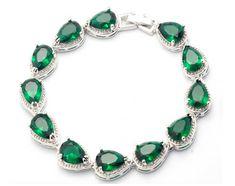 Luxuosa pulseira folheada a prata cravejada com pedras semi-preciosas de zircônias verde esmeralda. Aparência de jóia, muito brilhante com largura de 0,9 cm e comprimento total de 19 cm. Ref. E283.