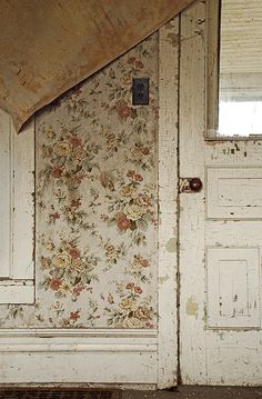 wallpaper was always put on walls years ago, buy an old house and see how many layers of wallpaper you have to strip away. Old Wallpaper, Painting Wallpaper, Peeling Wallpaper, Beautiful Wallpaper, Wallpaper Paste, Wallpaper Layers, Wallpaper Door, Wallpaper Designs, Attic Remodel