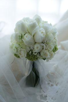 クラッチブーケ パレスホテル東京様へ 挙式、白のバラを束ねて