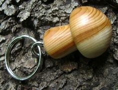 Wooden mushroom keyring seen by www.guapazu.com