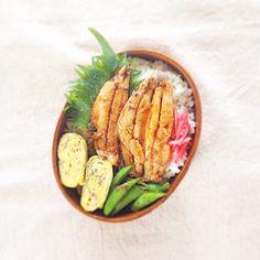 hiroさんのお弁当 - イワシの蒲焼き・スナップえんどうのおかか醤油和え・大葉入り塩味の卵焼き