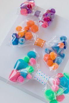diy pom pom gift bows | gift wrapping | gift wrap ideas | pom pom crafts | diy bows