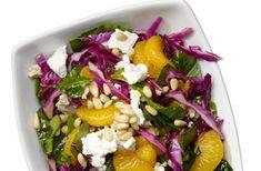 Rode kool & spinazie salade. Mijn variatie: rode kool, spinazie, 1 mineola, cottage cheese, olijfolie, balsamico, peper.