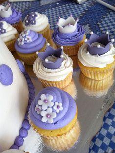 Cupcakes morados Princess Sofia Cupcakes, Princess Sofia Birthday, Princess Sophia, Sofia The First Birthday Cake, Birthday Cake Girls, Cupcake Princesas, Mini Cakes, Cupcake Cakes, Bolo Sofia