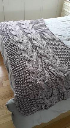 PIE DE CAMA EN LANA MERINO - MANTAS Y OTRAS COSAS Arm Knitting, Knitting Stitches, Knitting Patterns, Crochet Patterns, Crochet Home, Knit Or Crochet, Knitting Projects, Crochet Projects, Cable Knit Blankets