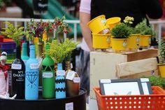 O que rolou no Margot Street durante o dia - decoração sustentável - décor - pallets - Incubadora de Arquitetura - do it yuourself - DIY - garrafas reformadas - garrafas de vidro coloridas - latas reformadas - flores - Foto: Eduardo Liotti