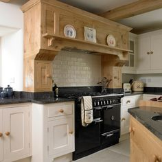 Cottage kitchen Cooker - Country kitchen with range cooker. Kitchen Tiles, New Kitchen, Kitchen Dining, Kitchen Hacks, Range Cooker Kitchen, Cooker Splashbacks, Country Kitchen Designs, Kitchen Country, Colorful Kitchen Decor