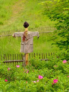 Scarecrow in ethnographic park in Wdzydze Kiszewskie (Poland) Country Landscaping, Garden Landscaping, Make A Scarecrow, Garden Gates, Garden Art, Country Charm, Country Life, Fall Scarecrows, Indoor Garden