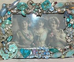 Antique jewelry frame these are fun to make ,,great gifts Costume Jewelry Crafts, Vintage Jewelry Crafts, Recycled Jewelry, Antique Jewelry, Jewelry Frames, Jewelry Tree, Jewelry Armoire, Jewellery Box, Jewellery Making
