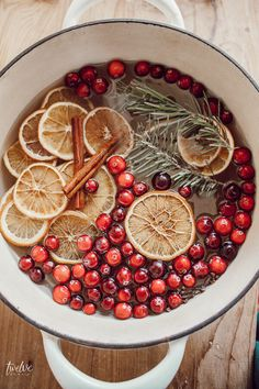 Make this easy stovetop potpourri gift for your friends, neighbors and family this Christmas. Not only does it smell heavenly, but its beautiful too! Winter Christmas, Christmas Time, Christmas Flatlay, Christmas Kitchen, Christmas Crafts, Xmas, Potpourri Recipes, Homemade Potpourri, Free Printable Gift Tags
