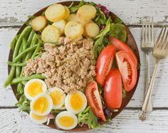 simple nicoise- greens, tomatoes, potatoes, green beans, canned tuna, onions, olives