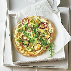 """Pizza Bianca - """"Weiße Pizza heißt die Pizza Bianco, weil statt Tomaten Käse zum Einsatz kommt – hier mit Ricotta, Ziege und Parmesan drei sehr eigene Charaktere, die sehr gut harmonieren."""" Pizza Bianca, My Favorite Food, Favorite Recipes, Ricotta, Mini Pizza, Vegetable Pizza, Main Dishes, Bakery, Fish"""