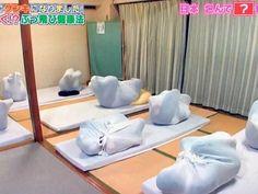 ¿Por qué los japoneses se están envolviendo completamente en sábanas?