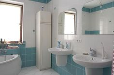 bathroom design with white and blue wall tiles