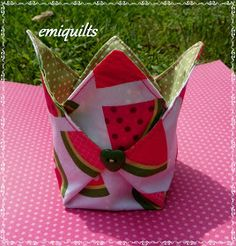 If you start with a circle, the points won't be so tall, but more like a curved petal. Instructions in Spanish Small Sewing Projects, Cool Diy Projects, Sewing Crafts, Sewing Tutorials, Sewing Patterns, Fabric Bowls, Quilted Bag, Small Quilts, Fabric Scraps