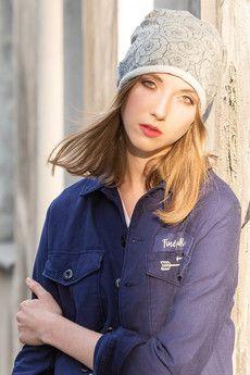 Niezwykle wygodna i kobieca czapka wykonana z miękkiej i praktycznej w użytkowaniu dzianiny dzianiny dresowej (mieszanka bawełny i Lycry)